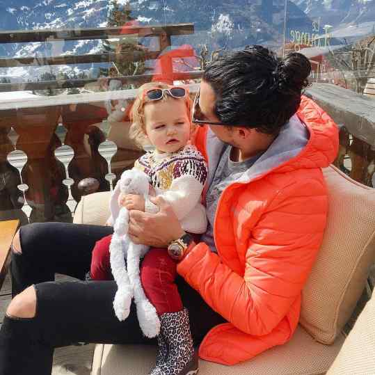 Quality time with my little #niece Cato-Colette 💙⛄️🦄. What a spectacular view from @chaletdadrien ! A must visit when in #verbier 🍦🙏🏻 #beautiful