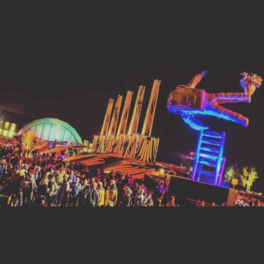 Ok..ok.. how epic is this night view of my mega sculpture at the first day of lowlands!  Look at that crowd!🤘🏻🙏🏻😍🌈💕🦄@lowlands_fest #josephklibansky #contemporaryart #lowlands #sculpture #festival