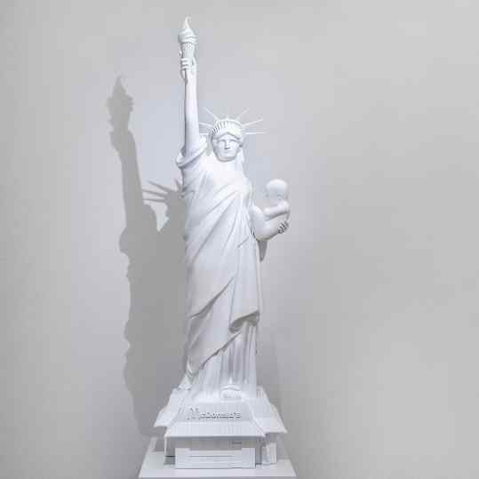 "🍎 Ever seen my sculpture ""Velvet Revolution"" ??? I don't show it al that much... 🍎 #statueofliberty #newyorkcity #baby #icecream #amsterdam #contemporaryart"