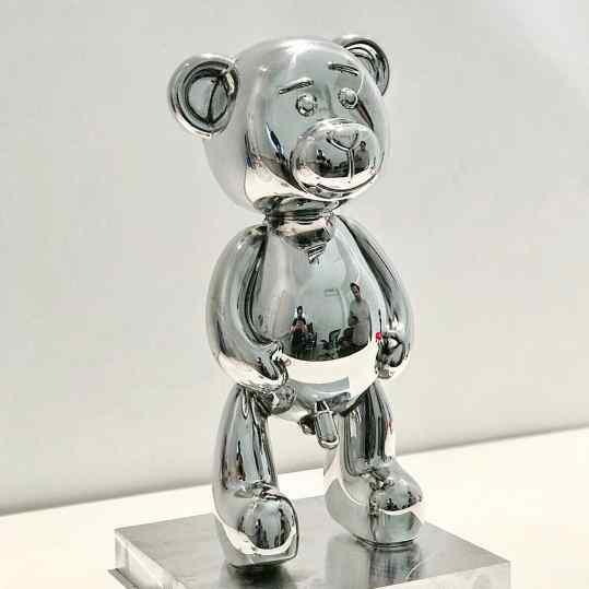 🐻Im proud to release this new small sculpture in a #limitededition of 500 pieces world 🌎 wide... the first 100 pieces have a larger #pipi 😛30cm tall , Polished Aluminum , price €3750 for reservations please mail: info@josephklibansky.com 😘 Tag someone who's wants this 🐻#josephklibansky #contemporaryart #artcollector #artcontemporain #amsterdam #newyork #paris