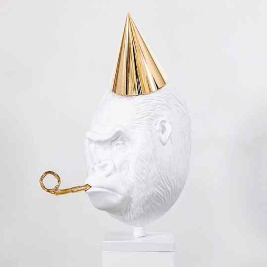The very rare white celebrating gorilla 🦍 Do you prefer this one or the black one? . . . #art #sculpture #gorilla #whitegorilla #london #contemporaryart