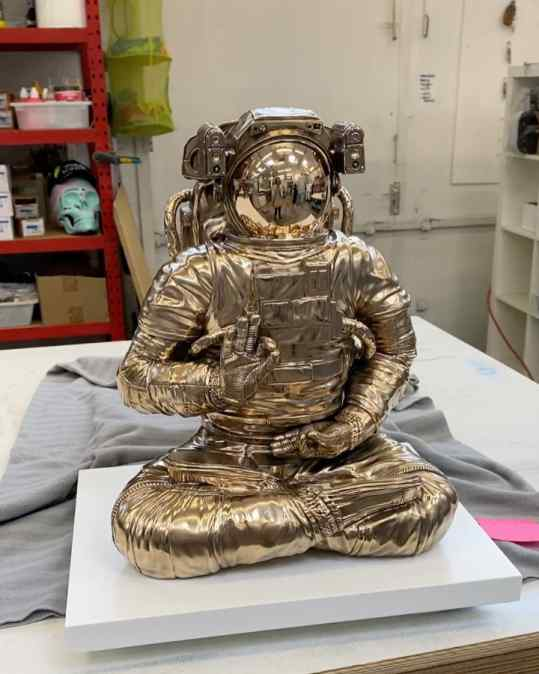 How do you like this super high detailed bronze sculpture?  It weighs about 70kg and takes months to create 🙌🏻 . . #art #kunst #contemporaryart #astronaut #josephklibansky #sculpture