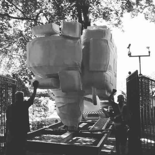 Perfect fit through the gate of castle Nijenhuis sculpture garden 🙈#josephklibansky #sculpturegarden #contemporaryart