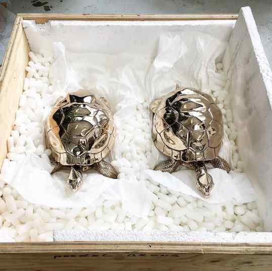 ✖️Baby we made it✖️ polished bronze sculpture... just imagine getting this box as a present!? There is one very happy girl 🤗  For info please mail:info@josephklibansky.com#josephklibansky #contemporary #contemporaryart #turtle #amsterdam #venicebiennale