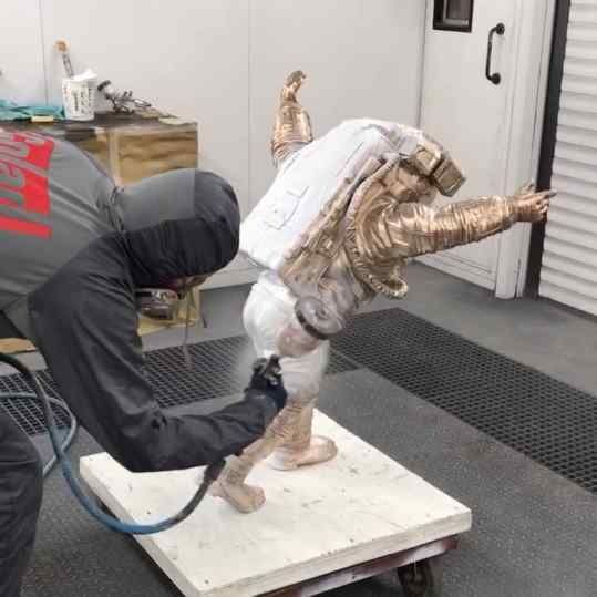 Somehow it hurts to see this bronze #astronaut get painted 😏...? . . 🚀 #contemporaryart #artbasel #artbaselmiami #josephklibansky #sculpture