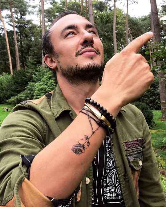 This was the first picture I took with my first tattoo.. so often people ask me to design a tattoo for them based on my painting style.. I have been talking about this concept with my tattoo artist 👩🏻🎤 and we might want to organize a special day were people can het a #josephklibansky #tattoo ..🔥 good idea? 💡