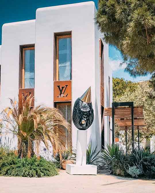 Yesterday we installed this amazing sculpture in Nammos village in Mykonos in front of the Louis Vuitton store. It will be on view the entire summer🙏🏻 Who's ready for mykonos? . . . #mykonos #louisvuitton #nammosmykonos #nammosvillage #art