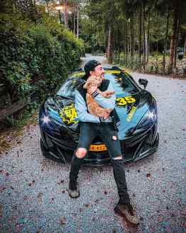 Are you a dog  or a cat  person?Me and my baby @toypoodlegeorge took a nice drive through the forest to get some inspiration ..#toypoodles #600lt #mclaren #artist