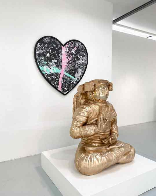 Would you go for the black splashed heart painting..? Or for the bronze Buddha Astronaut? 👩🏽‍🚀🖤 . #newpainting #bronzesculpture #art #josephklibansky #contemporaryart