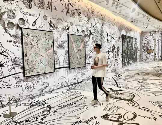 A beautiful shot during my ongoing exhibition in Guangzhou, china. I wanted to create thee feeling of walking inside one of my paintings by making a wallpaper and carpet flowing into each other. I would love to create similar experience in a couple of different cities 🖼 . #art #guangzhou #k11 #josephklibansky #contemporaryart